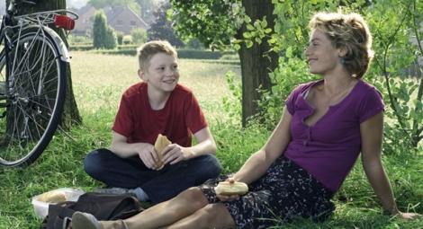 Cyril (Doret) y Samantha (de France) en una escena de la película