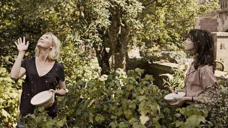 """Kirsten Dunst y Charlotte Gainsbourg en un fotograma de """"Melancolía"""""""