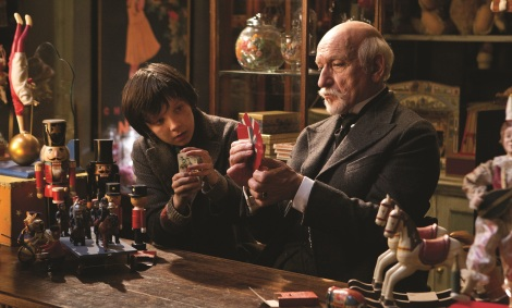Hugo (Asa Butterfield) y Georges Méliès (Ben Kingsley) en La invención de Hugo