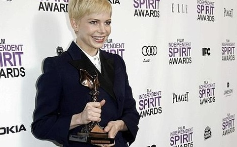 Michelle Williams con su premio a mejor interpretación femenina