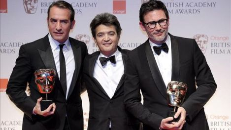 El equipo de The Artist (el protagonista Jean Dujardin, el productor Thomas Langmann y el director Michel Hazanavicius) con sus BAFTAs