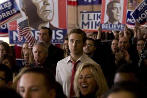 Ryan Gosling entre carteles con la imagen de George Clooney en Los idus de marzo
