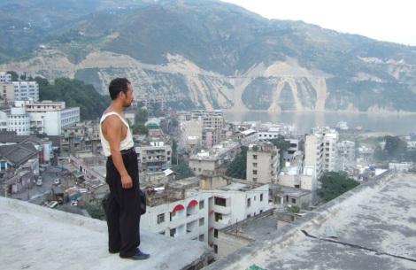 El protagonista de Naturaleza muerta, de Jia Zhang-ke, observa la ciudad derruida por la Presa de las Tres Gargantas
