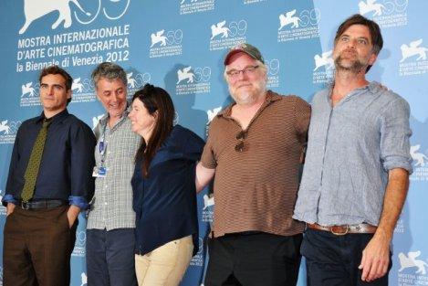 Paul Thomas Anderson (der.) junto a Philip Seymour Hoffman, Joaquin Phoenix y los productores de 'The Master'