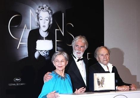 Michael Haneke (centro) con su Palma de Oro en Cannes por 'Amour', junto a sus intérpretes Riva y Trintignant