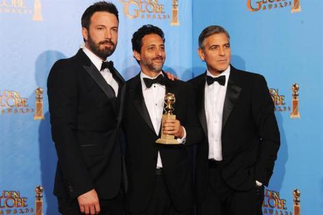 Affleck, junto a Grant Heslov y George Clooney, productores de 'Argo', con su Globo de Oro